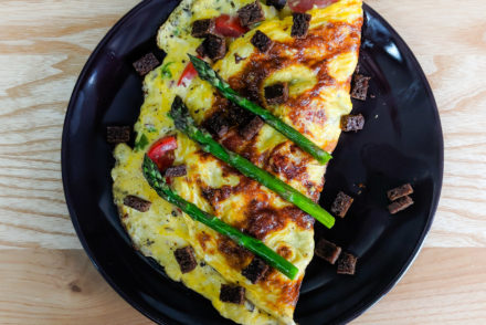 Omelette Teller Spargel Eier Pumpernickel Frühstück