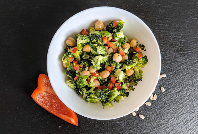 Knackiger Brokkolisalat mit Paprika und Kichererbsen