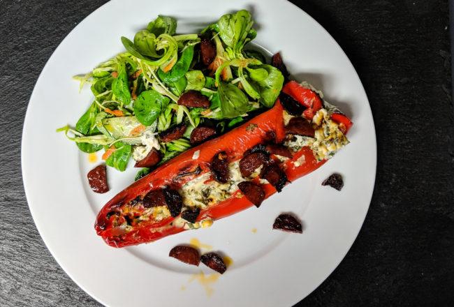 Vegetarisch gefüllte Spitzpaprika mit Feta und Chorizo Wurst an Salat