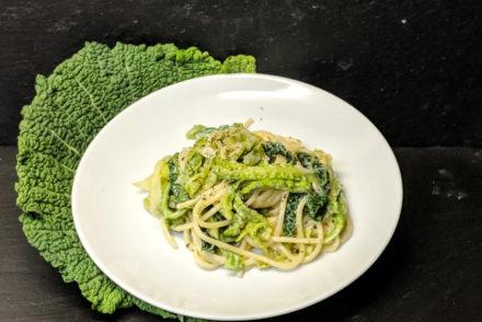 Teller mit Pasta und Wirsing, umrandet von einem großen Wirsingblatt
