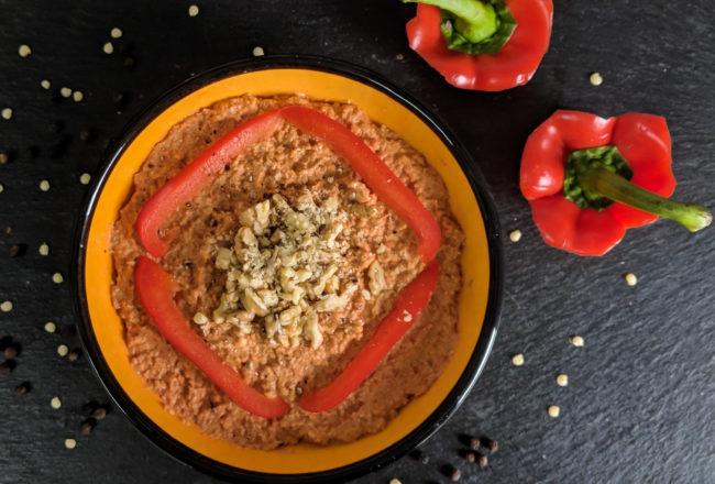 Dipschale mit einem veganen Paprika-Walnuss-Aufstrich
